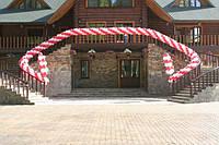 Гирлянда разнокалиберная из шаров на открытие ресторана витая красная с белым