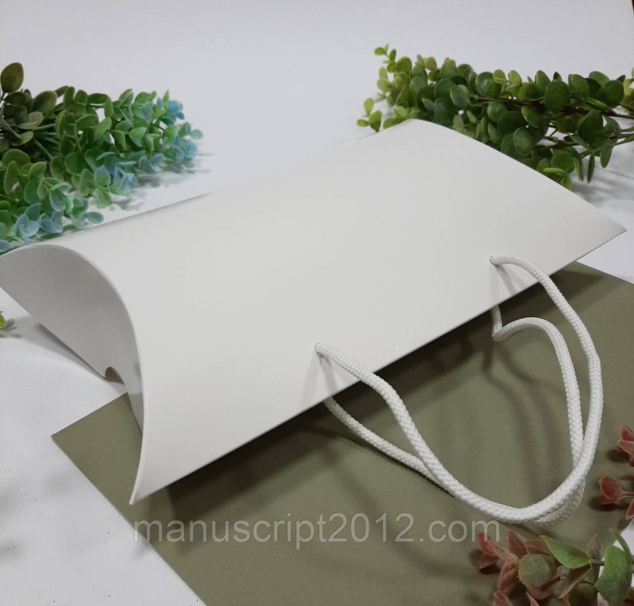 Коробка картонная дізайнерская подарочная 230х180х70 мм.