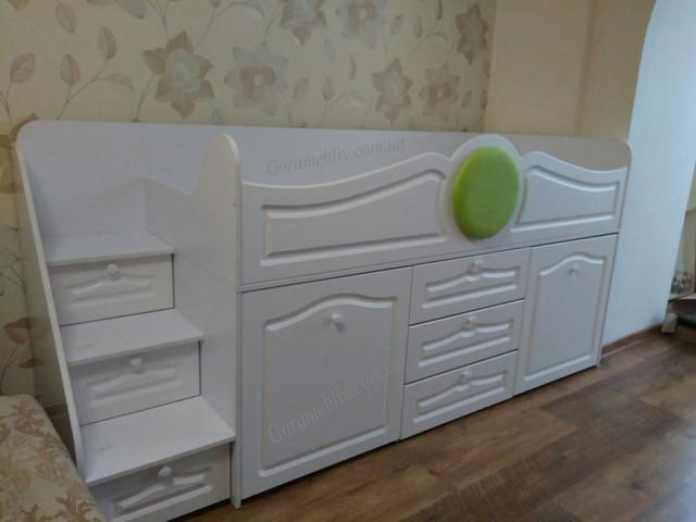 """На фото: кровать-чердак белого цвета с МДФ фасадами """"Престиж-1"""""""