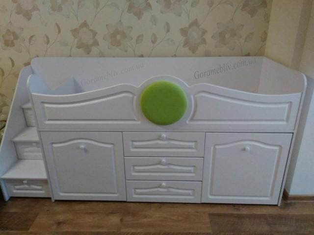 """На фото: детская кровать-чердак """"Престиж-1"""" с лестницей комодом и выдвижным столиком, белого цвета"""
