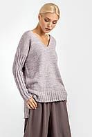 Нежный свитер прямого кроя имеет V-образную горловину и удлиненную спинку, усиленную боковыми разрезами