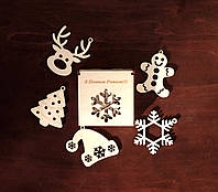 """Новогодний набор игрушек на елку """"З Новим Роком"""" в деревянной упаковке. В наборе 5 разных игрушек из дерева."""