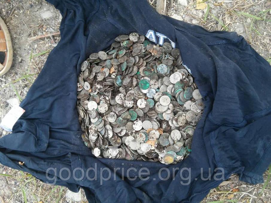 На подворье монастыря в Тернопольской области нашли клад со старыми монетами