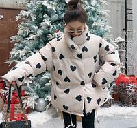 Женская объемная осеняя куртка на силиконе белая с черными сердечками