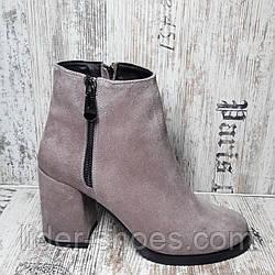 Женские ботинки на среднем каблуке замшевые