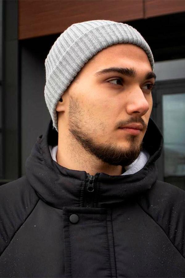 Теплая вязаная шапка серого цвета