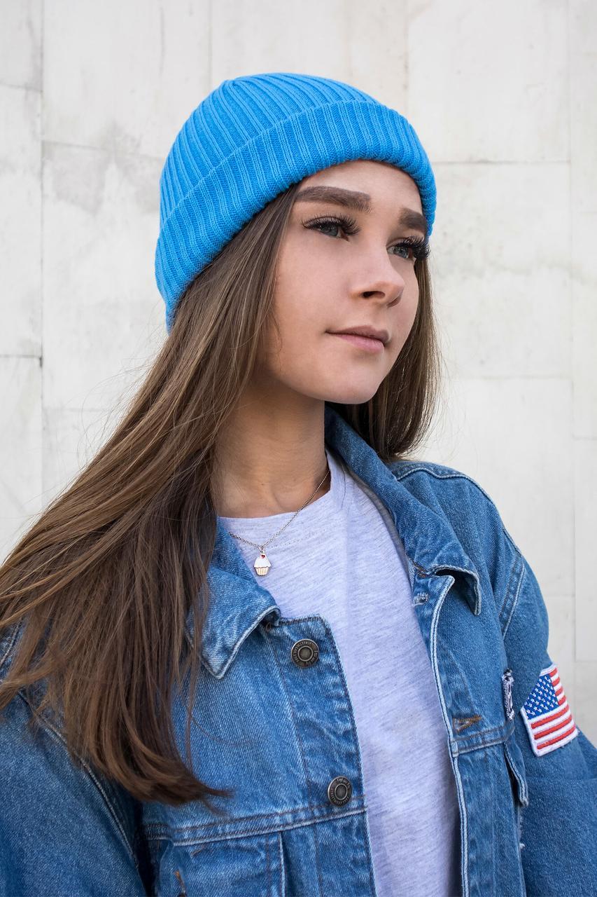 Теплая вязаная шапка голубого цвета