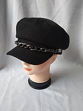 Модная кашемировая кепка украшена массивной цепью