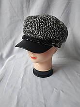 Черно-белая кашемировая кепочка с кожаным козырьком
