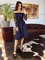 Элегантное приталенное  платье с кружевом синего цвета