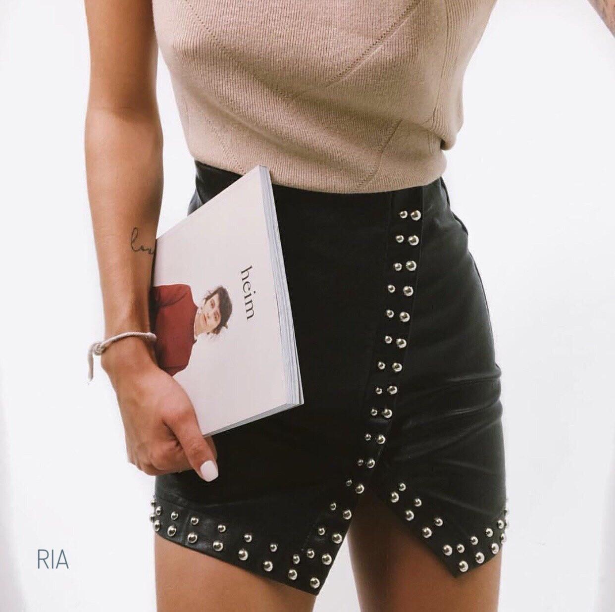 Кожаная женская юбка с заклепками 77wa304