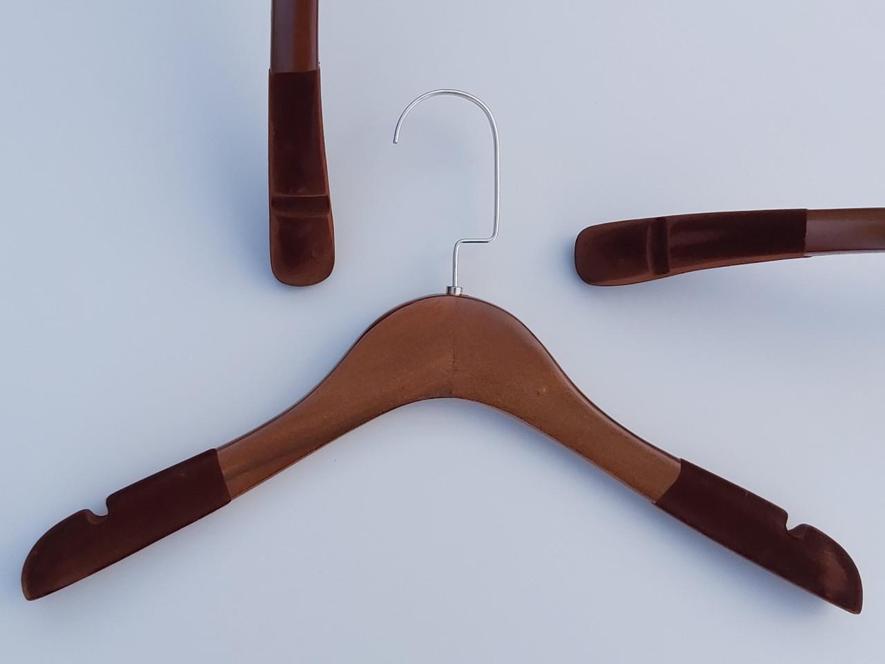 Длина 38 см. Плечики тремпеля деревянные коричневого цвета с антискользящим флокированным покрытием на плечах