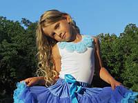 Майка с голубыми цветами