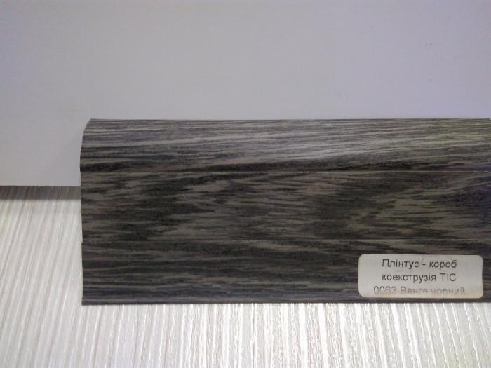 Плинтус с кабель каналом с прорезиненными краями 56х18мм 2,5м Тис венге чорний