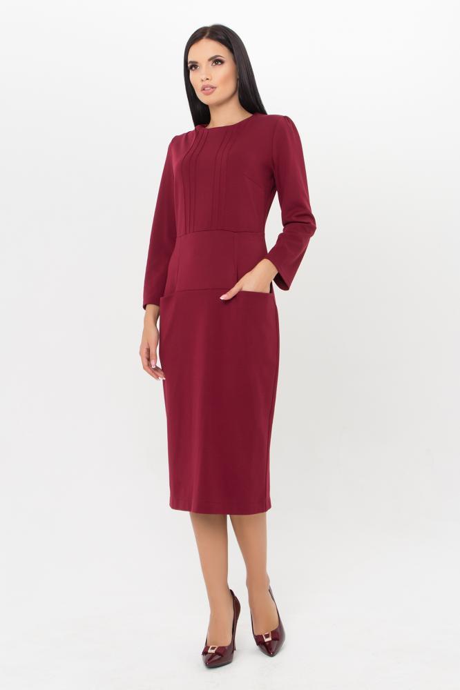 Бордовое трикотажное платье в офисном стиле