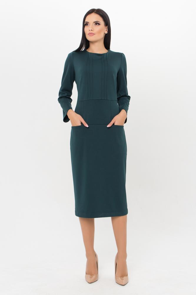 Изумрудное трикотажное платье в деловом стиле