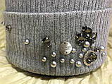 Серая женская шапочка с отворотом украшенная камнями и брошью 54-57, фото 3