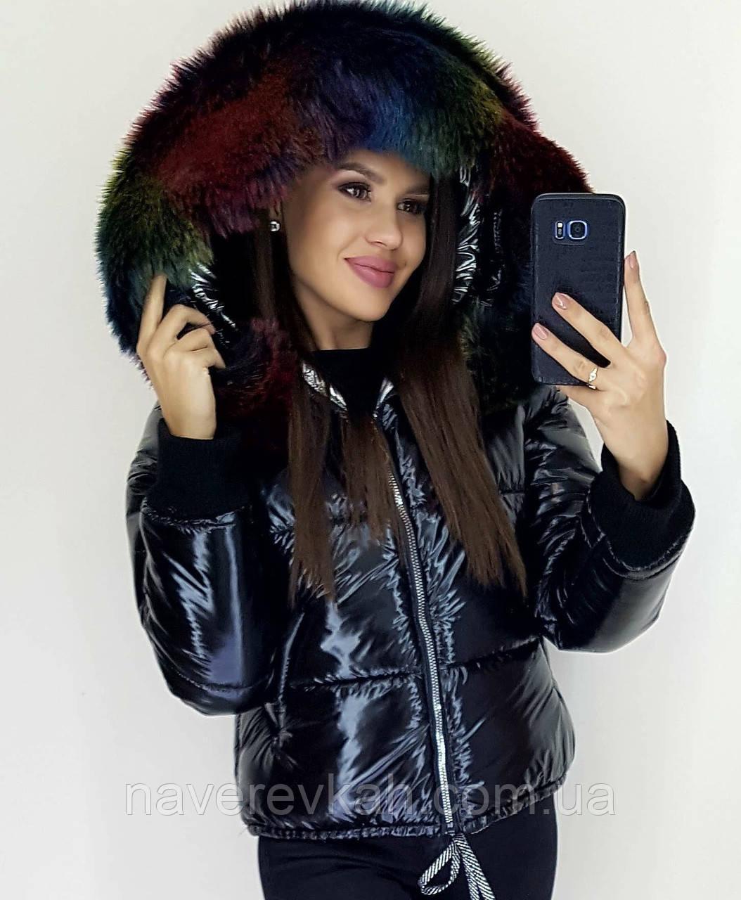 Женская короткая зимняя теплая куртка плащевка на синтепоне лакированная с разноцветным мехом черная S M L