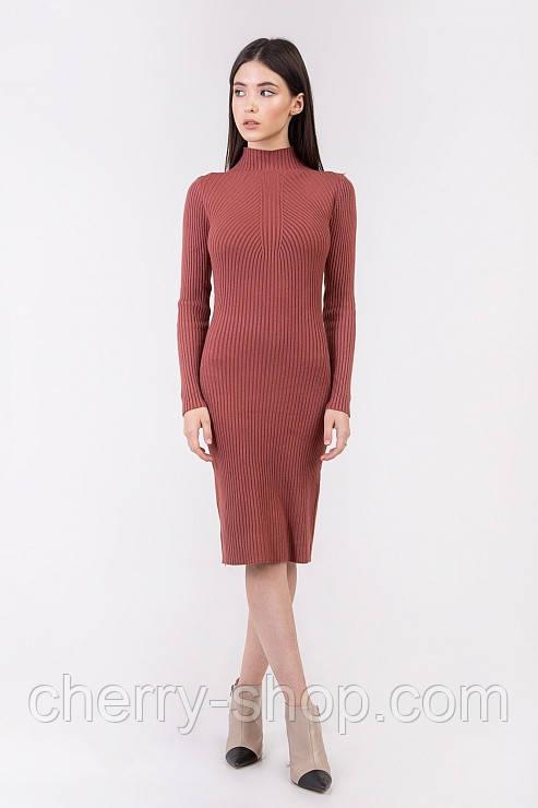 Стильное вязанное женское платье в рубчик
