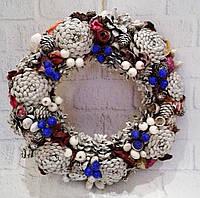 Рождественский венок на дверь из шишек и синих  и белых ягод . Ручная работа