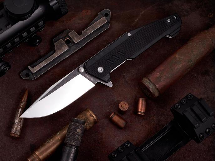 Нож складной, с рукояткой из материала G 10, легкий, практичный, на клинке с обеих сторон имеются шпеньки