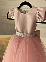 Детское пудровое платье с серебристым поясом и бантом