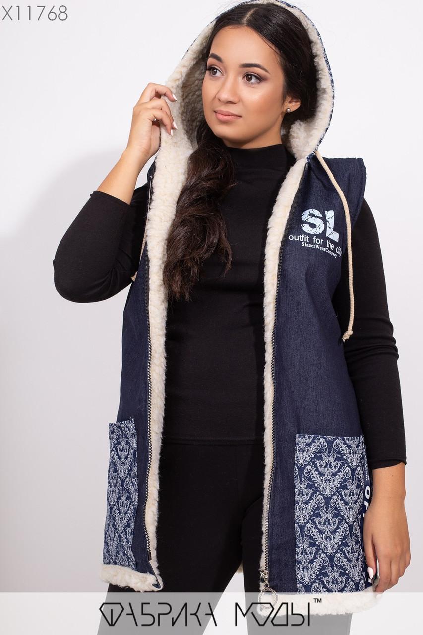 Жилетка прямого кроя с капюшоном на густой овчине, большими карманами и декором из репсовой ленты X11768