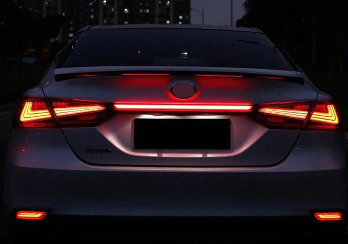 Вставка между фонарей Toyota Camry v70 тюнинг Led оптика (красная)