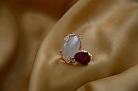 Красивое кольцо с красным камнем.