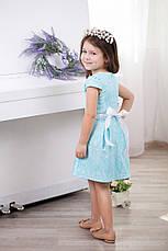 Модное нарядное жаккардовое детское платье для девочки с бантом и атласным пояском, фото 2