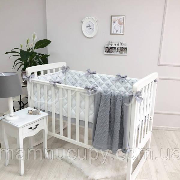 Бортики в детскую кроватку стеганные с коронами серебро ТМ «Маленькая Соня»