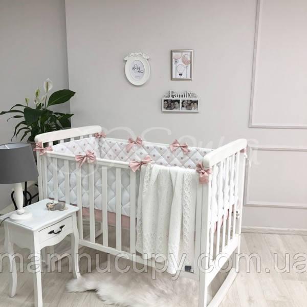 Бортики в детскую кроватку стеганные с коронами пудра ТМ «Маленькая Соня»