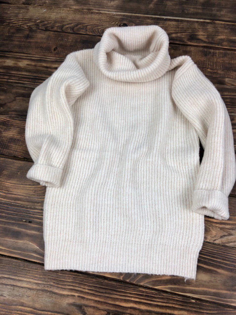 Объемный теплый свитер с горловиной-хомутом молочный