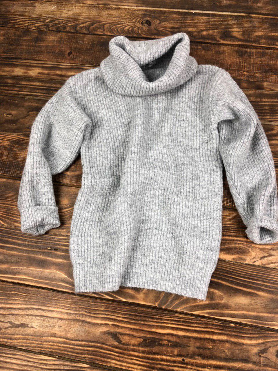 Объемный теплый свитер с горловиной-хомутом серый