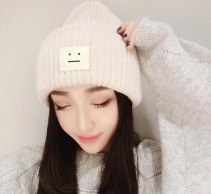Стильная женская шапка с смайликом