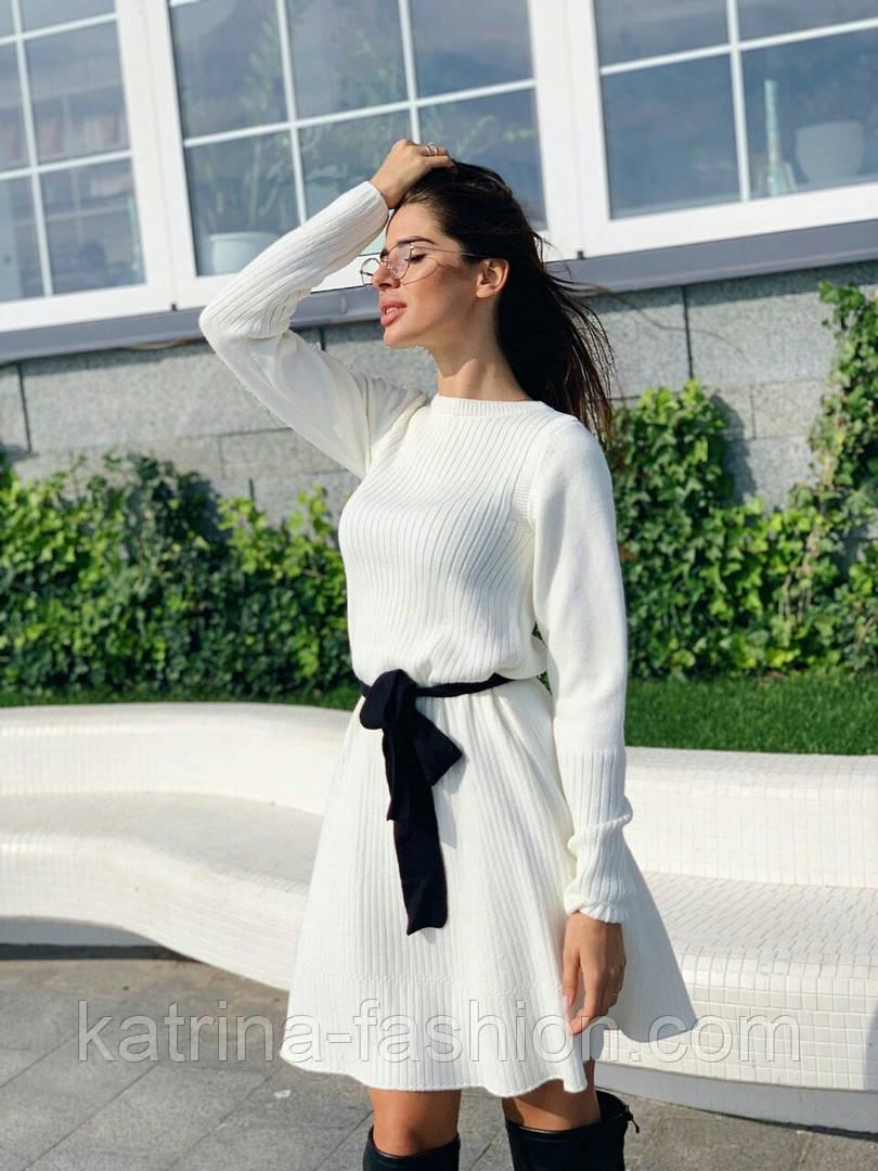 Женское вязаное белое платье с расклешенным низом и поясом (в расцветках)