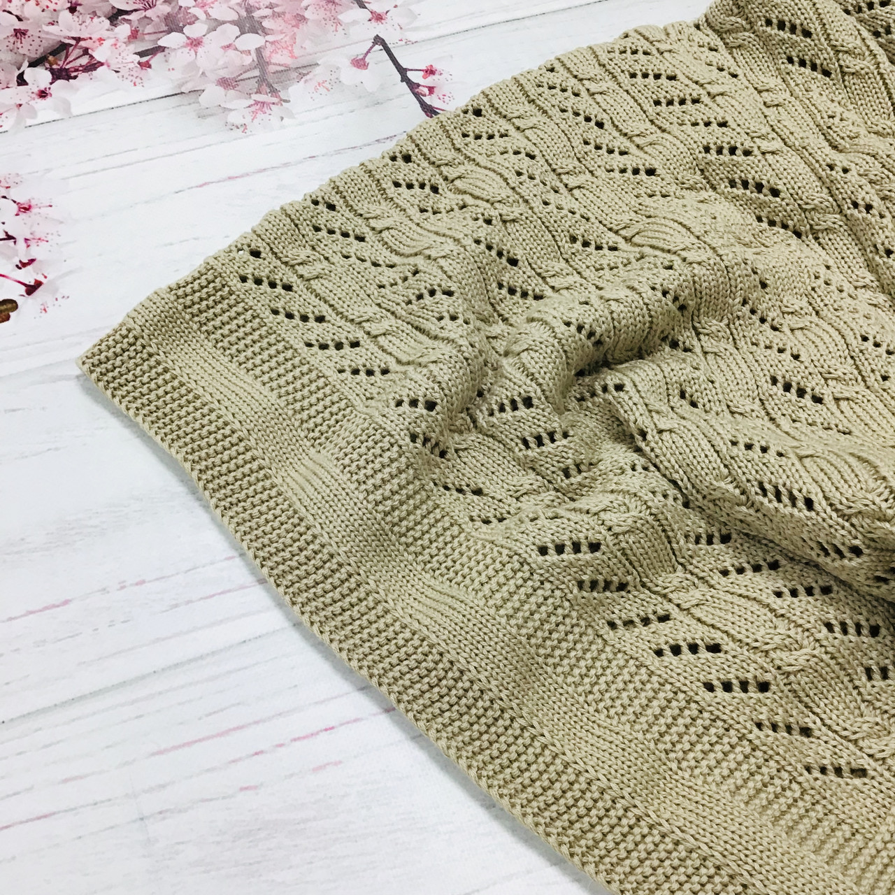 Плед вязанный косичка с наклонным узором бежевого цвета 95*75 см (90% хлопок, 10% акрил)