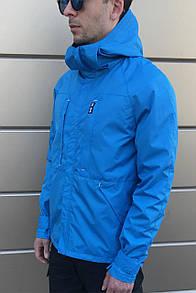 Непродуваемая ветровка с капюшоном голубого цвета
