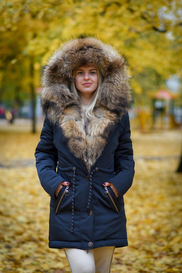 Женская зимняя парка с золотистым енотом ФОТО