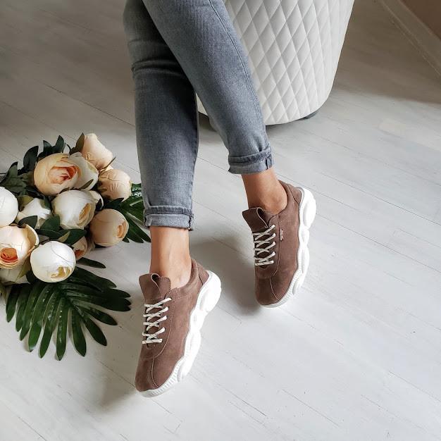 Женские кроссовки из натуральной замши бежевого цвета