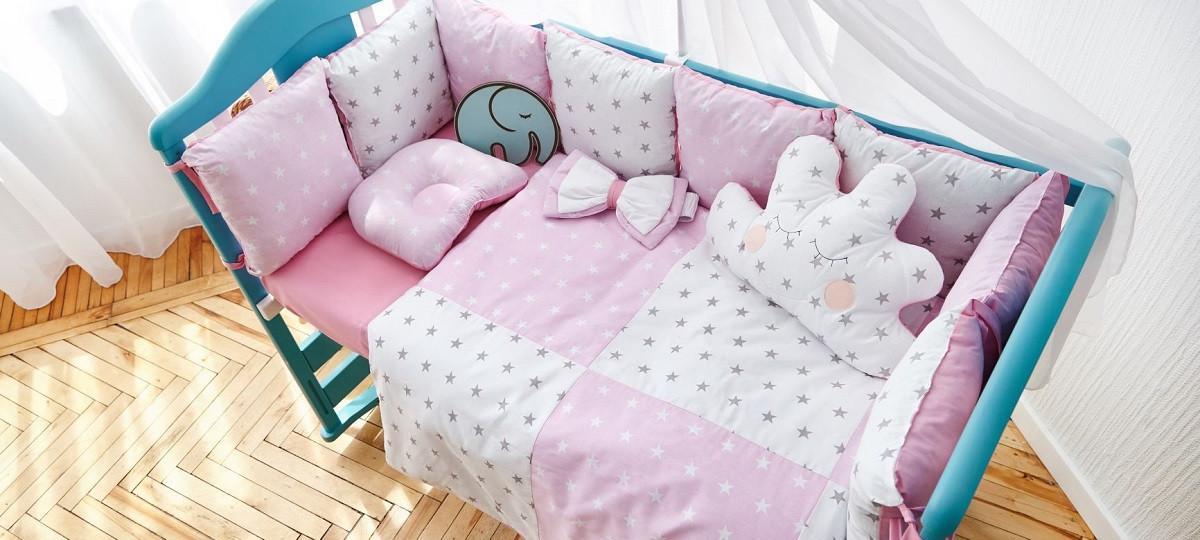 Постельный комплект в кроватку Облако (защитные бортики, подушка, одеяло)розовые звездочки