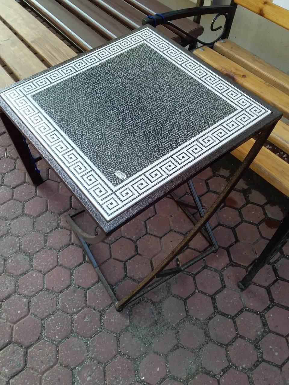Стол из кованого металла со стеклянной столещницей