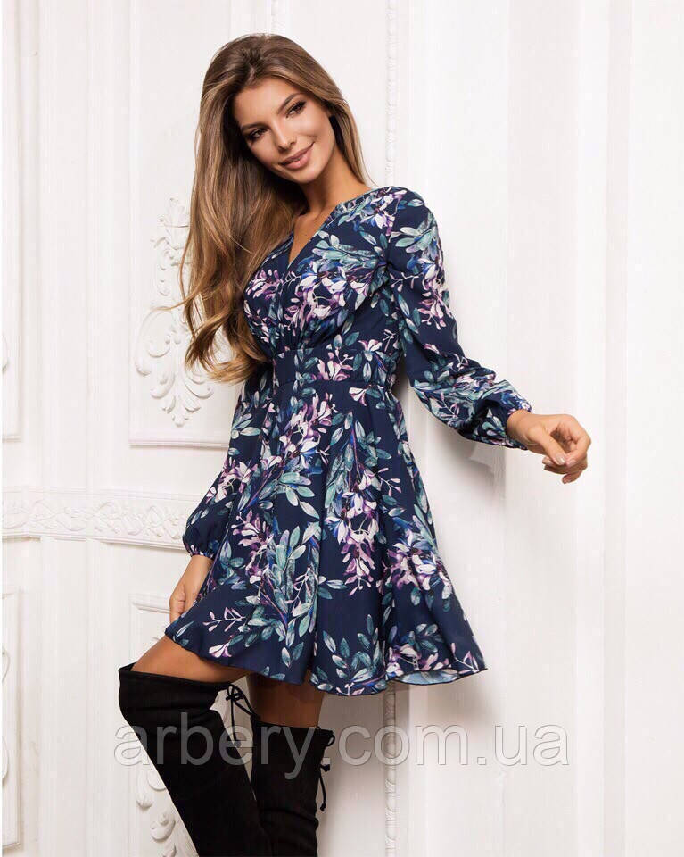 Женское яркое платье с цветами
