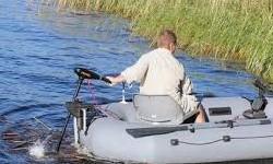 подвесной лодочный электромотор на лодке
