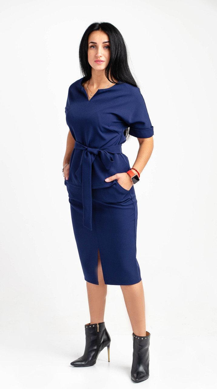 Юбочный костюм синего цвета с цельнокройным широким рукавом