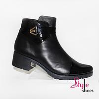 Женские демисезонные ботинки с лакированными вставками черного цвета на каблуке