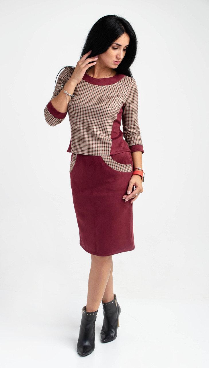 Женский костюм из замша с кофтой свободного кроя и юбкой футляр бордового цвета
