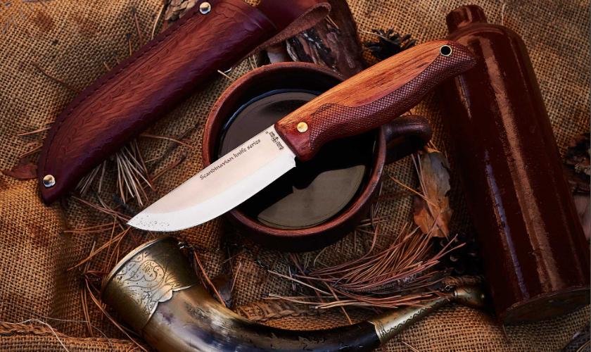 Нож складной, с деревянной рукояткой овального сечения,  с подпальцевой выемкой и мелкой, «шершавой» насечкой