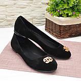 Туфли женские черные замшевые, декорированы металлическим бантиком, фото 3