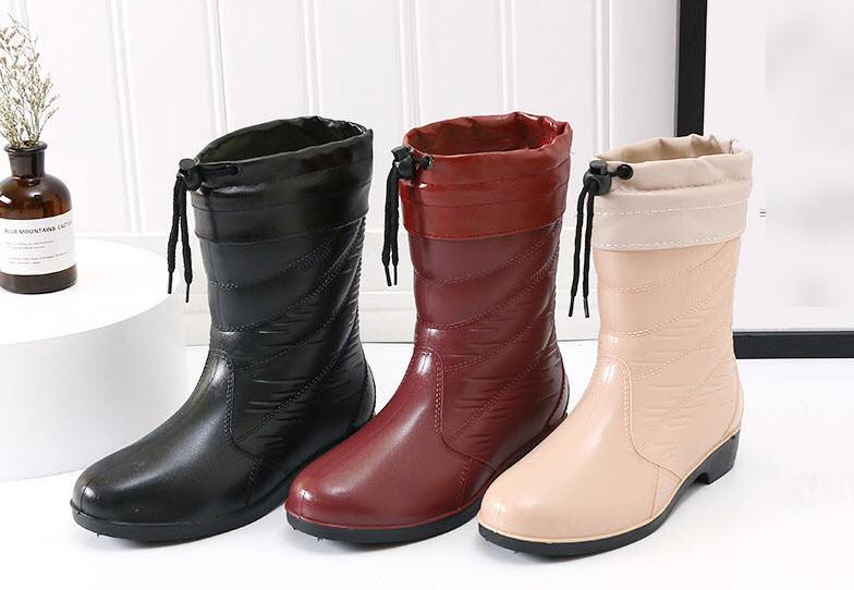 Стильные резиновые полусапожки под ботинки